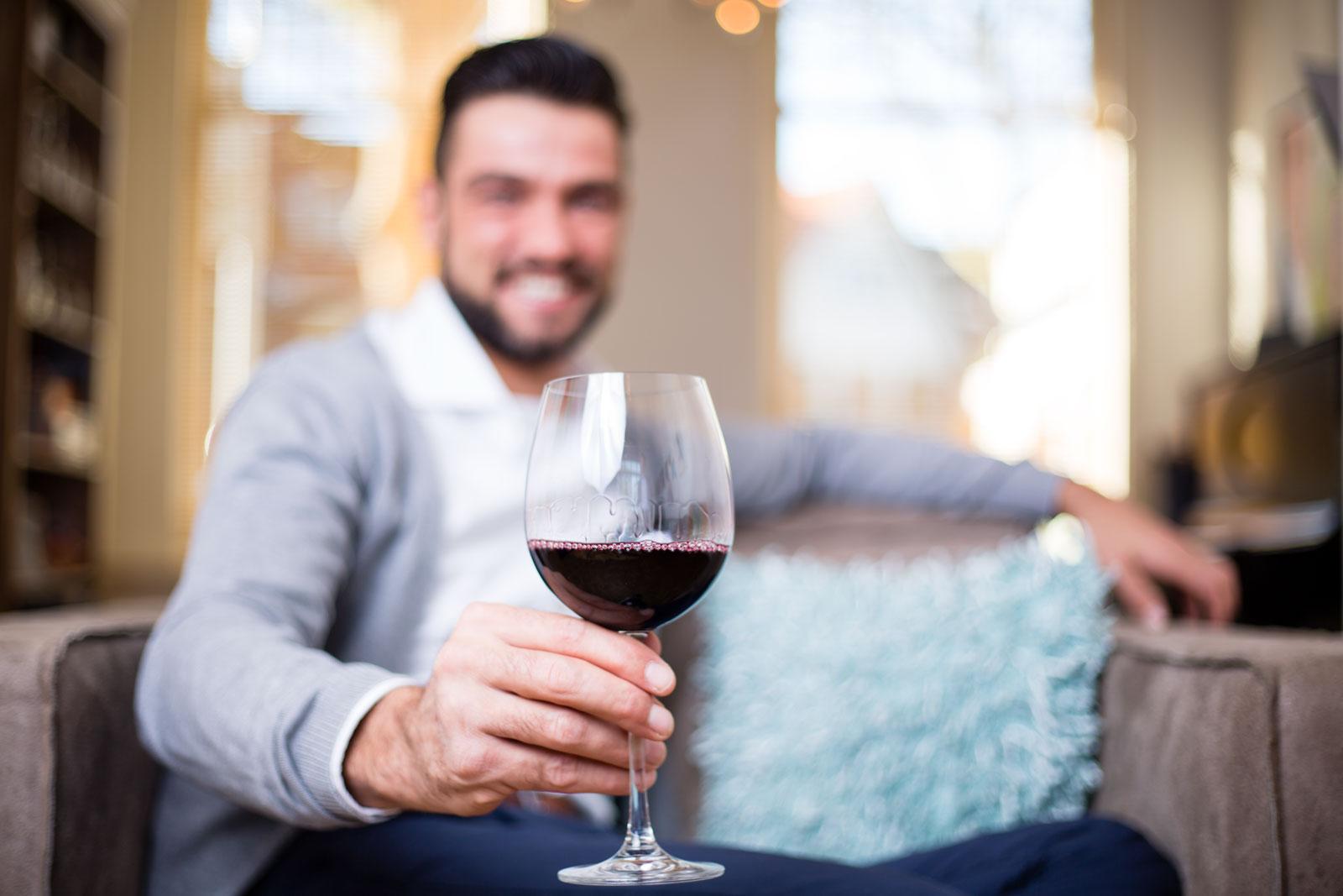 Man proost met wijn Provinto