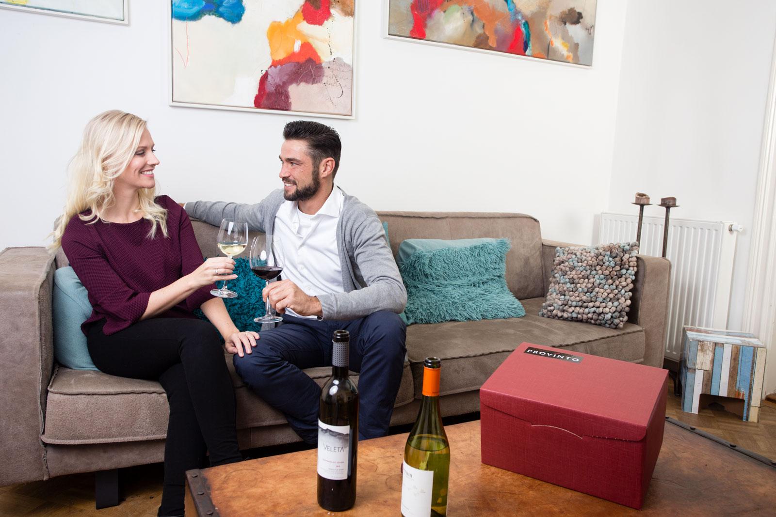 Stel proost met wijn in huiskamer Provinto